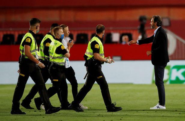 مشجع حاول الوصول إلى ميسي في مباراة برشلونة ومايوركا