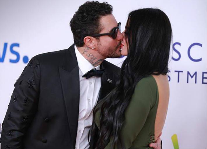 قبلة حميمة من أحمد الفيشاوي لزوجته أمام الكاميرات.. ومفاتنها تلفت الأنظار (صور)