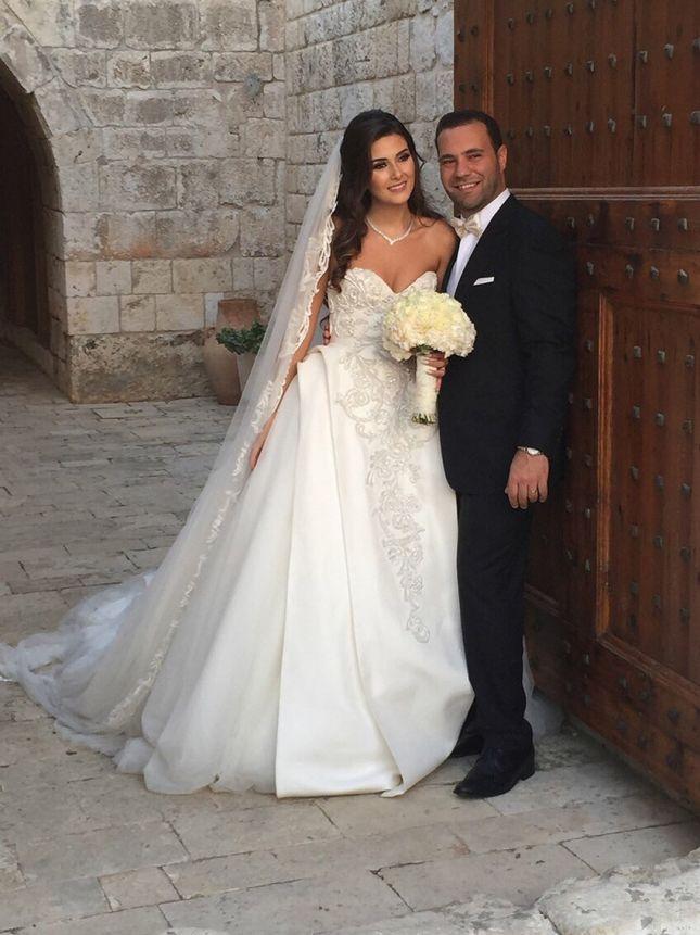 2d403d03f ملكة جمال لبنان السابقة سالي جريج: ارتدت الملكة فستاناً من تصميم طوني ورد
