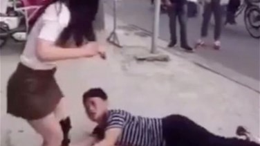[VIDEO] Chinese Man Seen in Video Clinging to His Girlfriend as He Bags Her Not to Dump Him