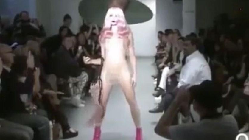 f25c7d9909e33 بالفيديو  عارضة أزياء عارية على منصّة العرض تثير الضجّة عبر الانترنت! LBCI News  Lebanon