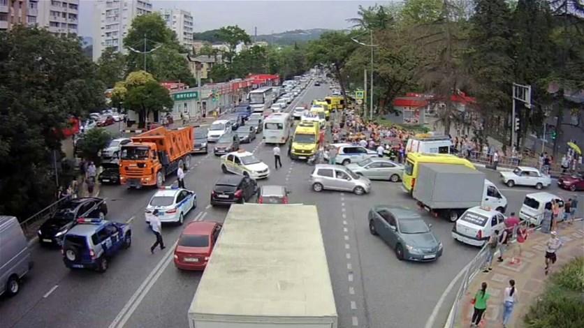 بالفيديو - لحظة مقتل شخص وجرح آخرين بحادث دهس في مدينة سوتشي