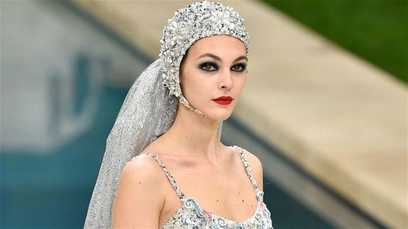 565baeb7543f5 عروس شانيل جريئة للغاية... تصميم لا يُشبه فساتين الزفاف (صورة ...