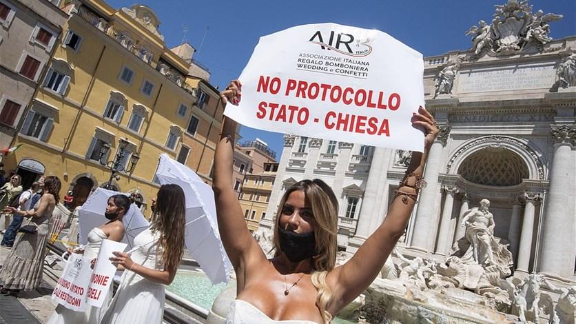 عرائس إيطاليا غاضبات... تظاهرن بفساتينهن احتجاجاً على تأجيل حفلات ...