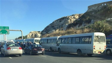 Mini-bus drivers block Beirut-Jounieh highway