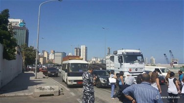 [PHOTOS] EDL day workers cut Corniche Nahr road