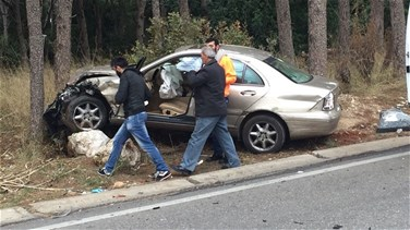 [PHOTOS] Car accident leaves 2 people injured in Jeita