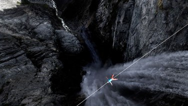 Terrifying Moment Slackliner Lies Down On Rope 400 Meters Above...