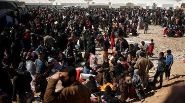 Iraqis pouring out of Mosul find no place at crowded camps