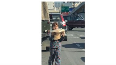 Popular Videos - Army soldier gives bread bundle to a child beggar - VIDEO